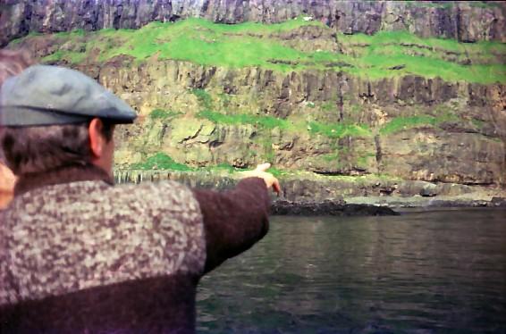 Niels Juel Arge á ferð við John Joensen fram við landi úr Gásadali norður á Víkar.