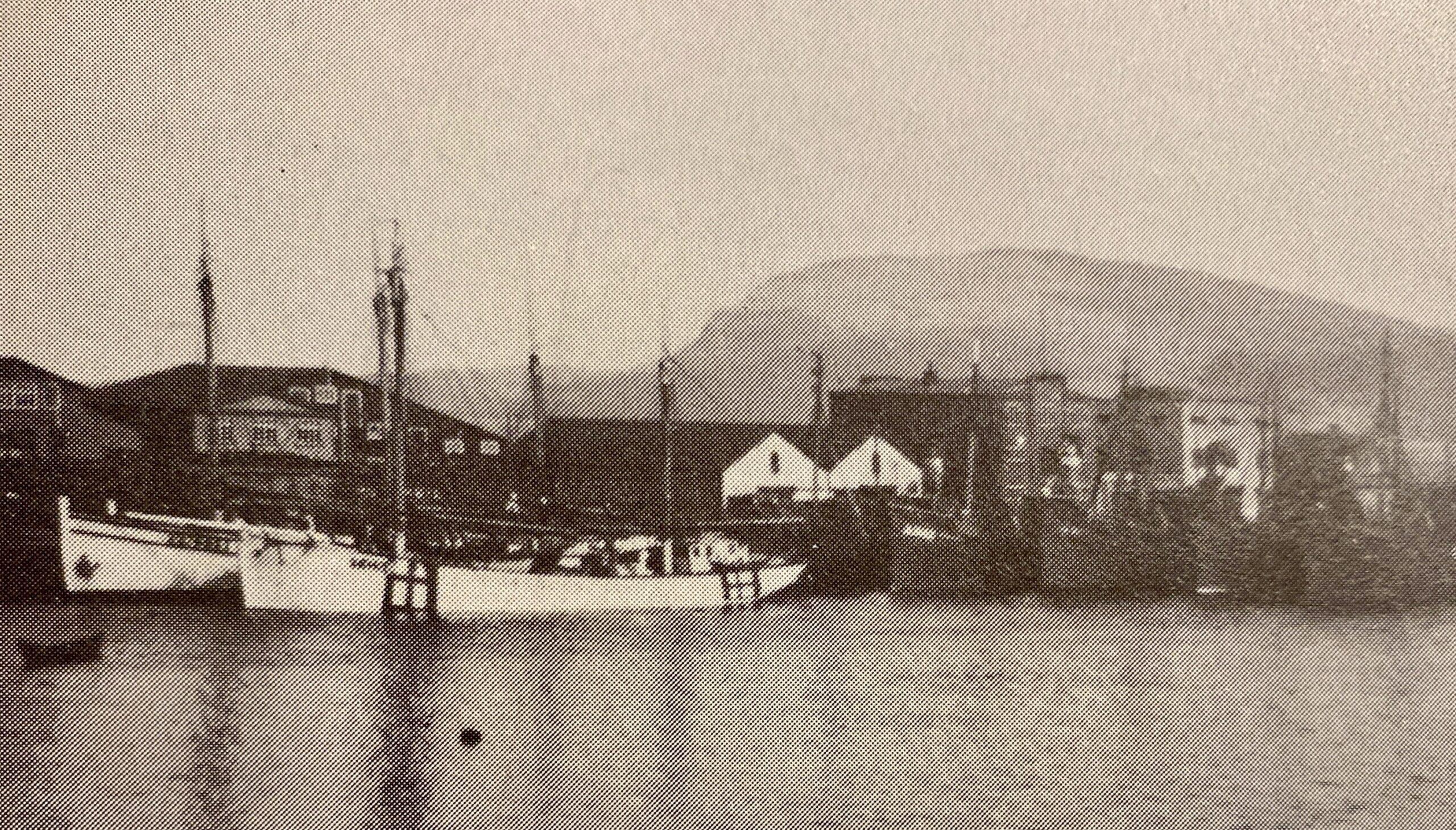 """""""St. Jaques"""" var álopin út fyri Kinnairds Head, men gjørdi kortini roktúr í apríl 1941. Her liggur hon við bryggju í Havn saman við """"Emanuel"""". Aftanfyri liggja vápnaðir bretskar trolarar."""